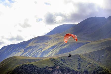 Parapente survolant les montagnes.