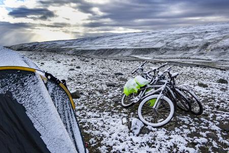 Fahrräder im Schnee in den Bergen Standard-Bild