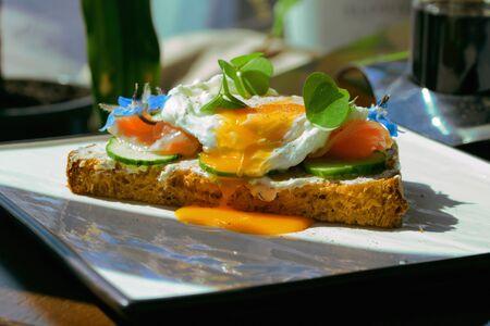 Smorrebrod, Sandwich Ouvert Danois au Saumon Fumé, carré avec œuf poché Banque d'images