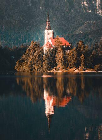 Magical autumn landscape with the island on Lake Bled (Blejsko jezero). Julian Alps, Slovenia, Europe. Attractions. Tourist places of pilgrimage. (Meditation,inner peace, harmony, honeymoon - concept) Stockfoto