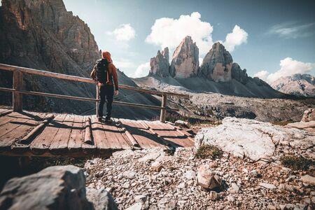 Backpacker on trip aound Tre Cime di Lavaredo. View from tour around popular massive, Dolomite Alps, Italy Stockfoto