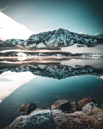 winter Alpine lake Grundlsee (Austria) with fantastic pattern-reflection on the water surface. Imagens