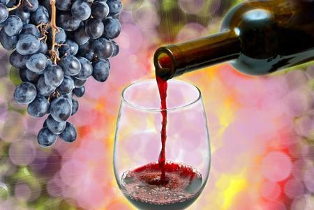wine pouring: Vino rosso versando gi� da una bottiglia di vino Archivio Fotografico