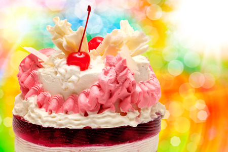 porcion de pastel: Cumpleaños pastel de frutas con frutas de cerca Foto de archivo