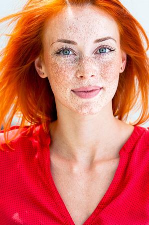 Portrait d'une belle femme rousse aux taches de rousseur Banque d'images