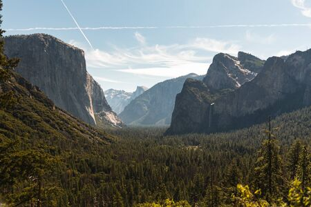 View of the El Capitan and the Half Dome from Tunnel View in Yosemite California Zdjęcie Seryjne - 130159551