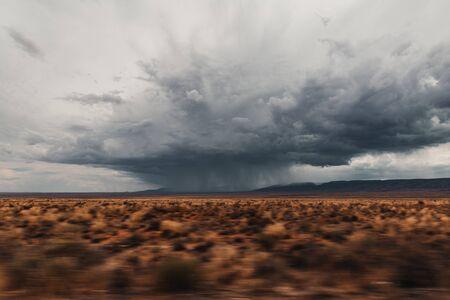 Burza z piorunami nad pustynią w Arizonie