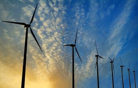 recursos naturales: Turbinas de viento generador en la puesta del sol - Energía Verde Renovable Foto de archivo