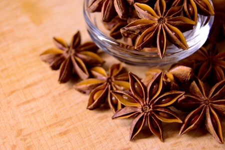 Star Anise in the Glass Bowl on the Wooden Table Imagens