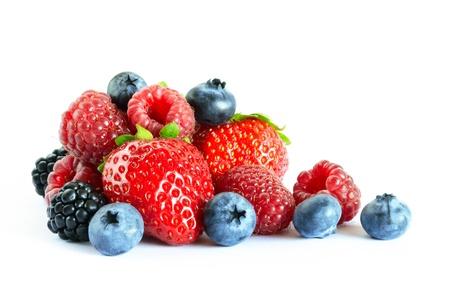 흰색 배경에 신선한 딸기의 큰 더미