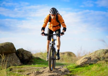 ciclista: Ciclista que monta la bicicleta en el hermoso Trail Spring Mountain