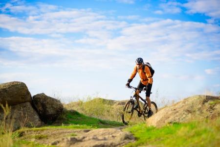 primavera: Ciclista que monta la bicicleta en el hermoso Trail Spring Mountain