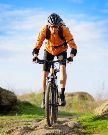 美しい春の山道で、自転車に乗ってのサイクリスト