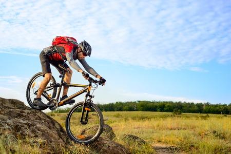 bicyclette: Cycliste le vélo vers le bas Rocky Hill. Extreme Sport Concept. Banque d'images