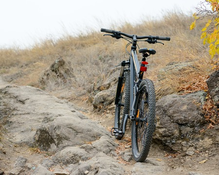 mountainbike: Mountain Bike on the Beautiful Autumn Rocky Trail. Active Lifestyle and Extreme Sports Concept.