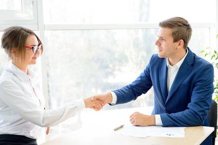 apreton de mano: Los socios de negocios que sacuden las manos después de firmar el contrato. Concepto Asociación de Empresas