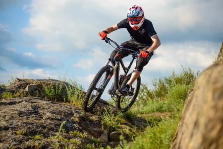 hombre rojo: El ciclista profesional de la bicicleta en el hermoso sendero de montaña de primavera. Deportes extremos Foto de archivo