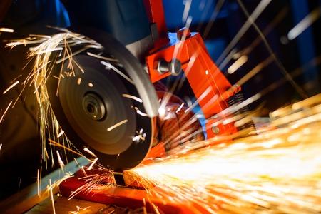 明るい火花アジアン グラインダー切削金属のクローズ アップ