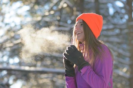 맑은 서리가 내린 날에 아름 다운 겨울 숲에서 웃 고 젊은 여자 러너. 활동적인 라이프 스타일과 스포츠 개념. 스톡 콘텐츠