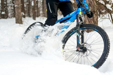 눈으로 덮여 아름 다운 겨울 숲에서 산악 자전거에 표류 사이클. 익스트림 스포츠와 엔듀로 자전거 컨셉입니다.