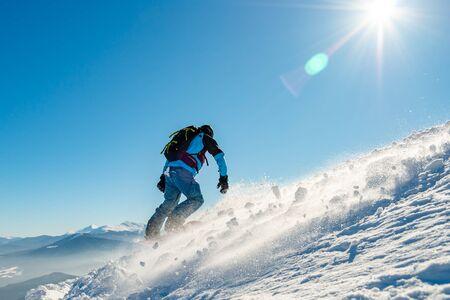 Snowboarder, der am sonnigen Tag Snowboard in den Bergen reitet. Snowboarden und Wintersport