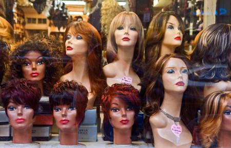 artificial hair: Pelucas que se muestran en un shopwindow