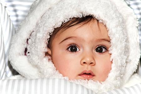 niño abrigado: Chil protección en invierno Foto de archivo