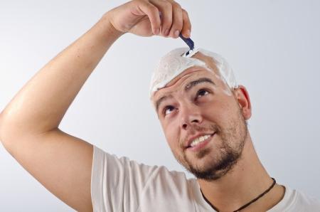 hombre calvo: Foto de afeitar la cabeza de un hombre calvo