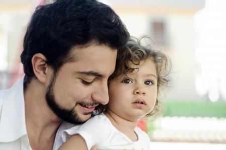 hombre arabe: El coche buen padre de su hija