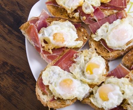huevos de codorniz: Huevos y jamón Foto de archivo