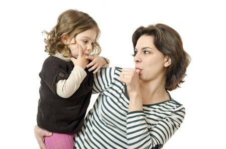 chuparse los dedos: Madre e hija chuparse el dedo Foto de archivo