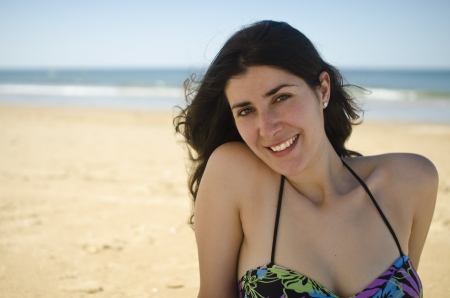 Casual chica con aspecto natural en la playa photo