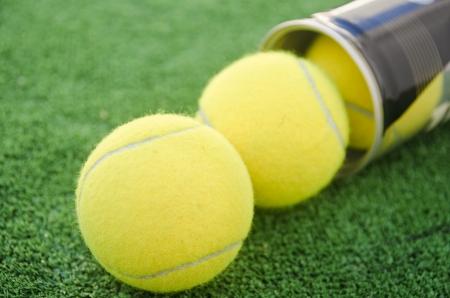 racket sport: Tubo de deporte de la raqueta y las pelotas Foto de archivo