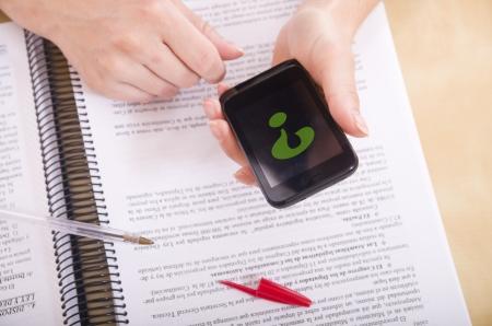 resolving: risolvere i dubbi con smart phone Archivio Fotografico