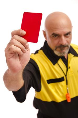 arbitros: Árbitro espectáculo en tarjeta roja cámara. El foco está en la tarjeta.