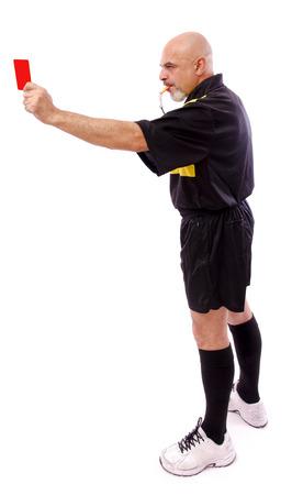 arbitro: Retrato de cuerpo entero de árbitro de fútbol aislado, tarjeta roja. Foto de archivo