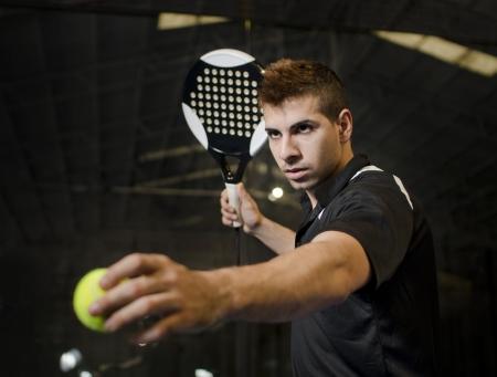 Paddle tennis speler klaar voor serveren