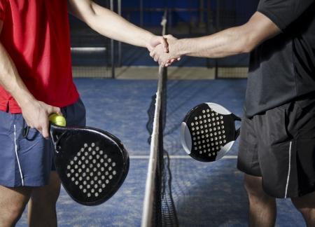 パドルのテニス選手が手ふれを行う 写真素材