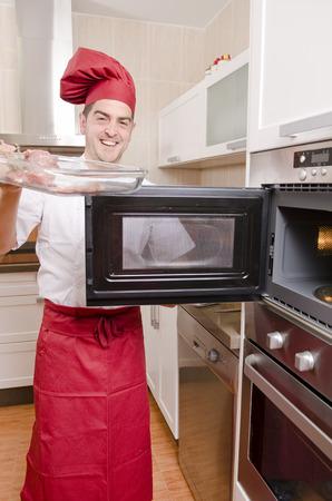 microwave oven: chef de cocina con horno microondas en la cocina