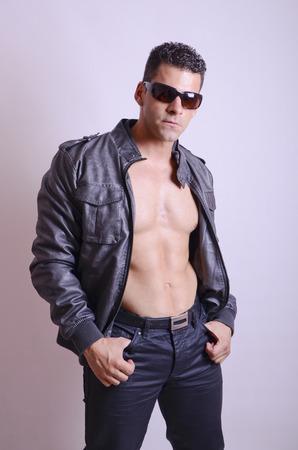 chaqueta de cuero: Presentaci�n del hombre joven con la chaqueta de cuero