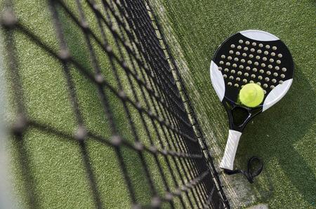 ネットの近くに芝生の上のパドル テニス オブジェクト