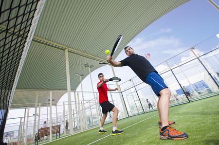 広角アクションでパドル テニス プレーヤー 写真素材