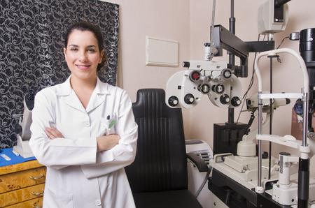oculista: Silla optometrista, oftalmolog�a dioptr�as de calibraci�n en el laboratorio oculista de mujer joven m�dico.
