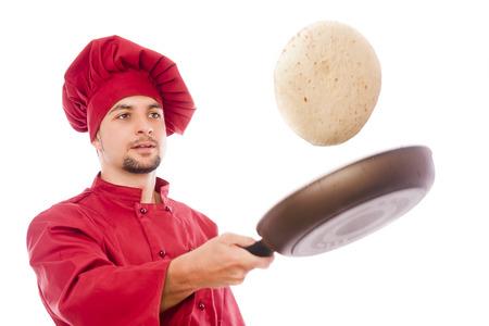 Aislado cocinero preparando tortillas de maíz mexicanos