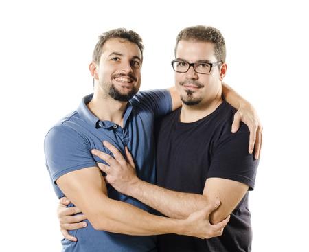 hombres gays: Dos 30s hombres aislados en fondo blanco sonriente