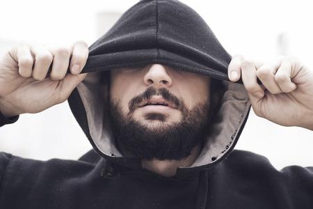 sudadera: Imagen de la última moda hombre de moda con capucha.