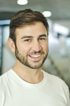 luz natural: Barbudo hombre latino que sonr�e en interior con luz natural