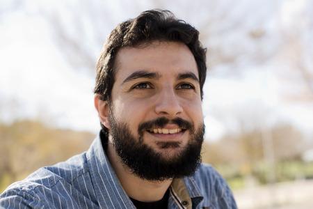 hombre arabe: Retrato de la luz natural del hombre inconformista Foto de archivo