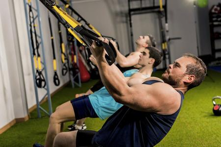 muskeltraining: Menschen training K�rpersuspension in elastischen Seil, drei starke M�nner Lizenzfreie Bilder