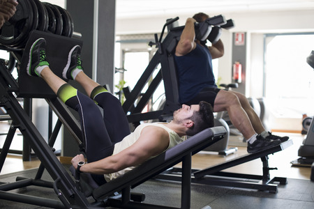 poleas: Presione ejercicios en el gimnasio, dos hombres de verdad entrenamiento